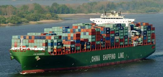 "Kein Frachter, sondern Großkampfschiff der Geoökonomie. Bild von ""Sparklemotion"" (eigene Fotografie) [CC BY-SA 2.0 de (http://creativecommons.org/licenses/by-sa/2.0/de/deed.en)], Quelle: https://commons.wikimedia.org/wiki/File%3AContainershipxinshanghai.jpg"