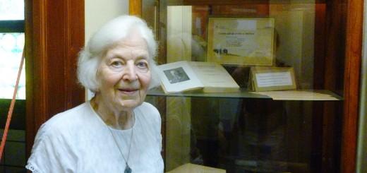 Silvo Gesells Tochter, Sonia Tomys, vor einer Vitrine im Gesell-Museum.