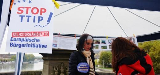"""Das internationale Bündnis """"Stop TTIP"""" will vor dem vor dem Europäischen Gerichtshof gegen die EU-Kommission vorgehen. Die hatte eine Registrierung der EBI im September aus formalen Gründen abgelehnt. Foto: Pat Christ"""